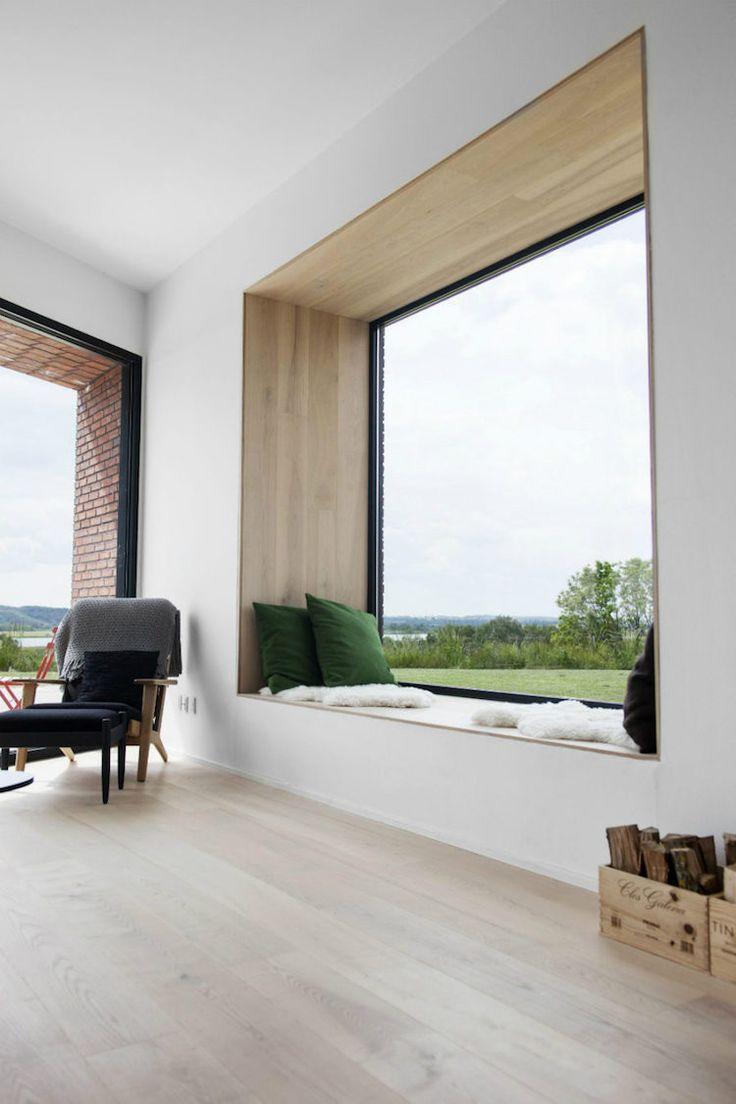 Minimalistische Fensterbank zum Sitzen mit gemütlichen Polstern ...