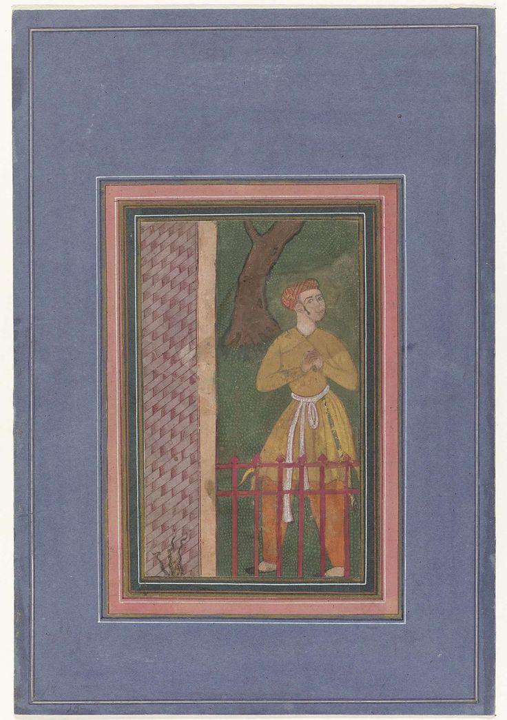 Anonymous | Staande man achter een hek; fragment, Anonymous, 1565 - 1575 | Een ordebewaker bij een parkhek; fragment van een veel grotere schildering op katoen, waarschijnlijk een illustratie uit de Dastan-i-Amir Hamza-vertelling, omraamd door een serie smalle sierranden in respectievelijk groen en roze, van elkaar gescheiden door goudkleurige biesjes en voorzien van kaderlijnen in wit, rood en zwart, daaromheen een brede paarsblauwe bladrand met witte en zwarte kaderlijnen; de voorstelling…