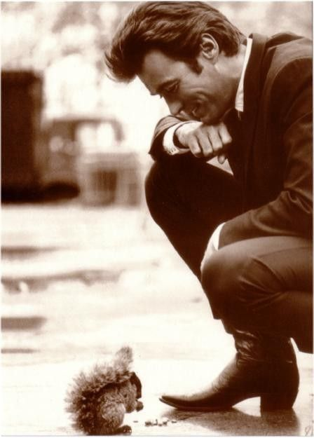 Clint Eastwood is an Alpha Gam man! ❤  「ダーティハリー」撮影中のスナップかな? ええ写真です。