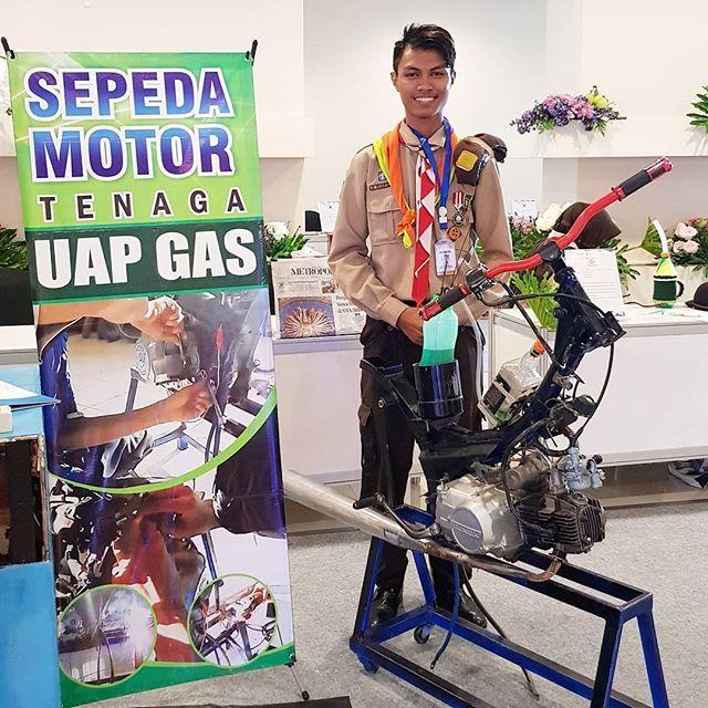 """Salah satu peserta dari kwarcab Tuban yang membuat karya """"sepeda motor tenaga uap gas"""" yang bisa menghemat bahan bakar 92% karena bahan bakar yang digunakan adalah uap dari bahan bakar yang digunakan saat menyala. 😲  Peserta ini jiluga mendapat apresiasi terbaik loh dari juri.. hebat ya anak"""" Indonesia  #emcolux #kampungkelir2017 #kwarda #kwarcabtuban #kwarcabtubanjatim #smkn3tuban"""