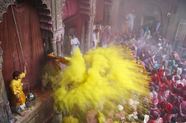 11 Colorful Photos of the Holi Festival in India: Throwing Holi Colors