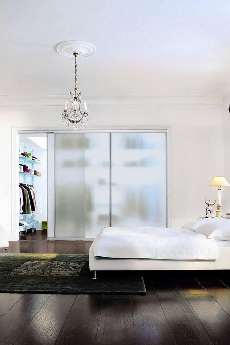 Begehbarer kleiderschrank – transparente glasschiebetür: ankleidezimmer von t + t design gmbh
