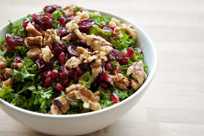 Grønkålssalat med granatæble - opskrift på salat med grønkål