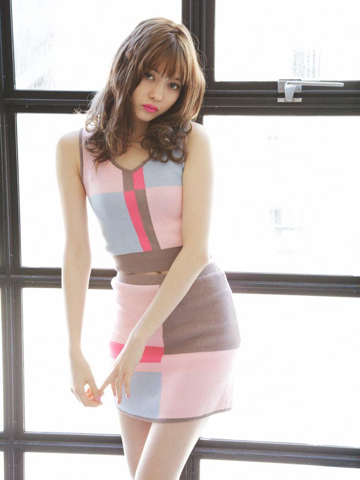 【八木 アリサ】レトロなカラーブロックは展示会でも注目を集めた人気のデザイン! Lily Brown カラーブロックタンクニット ¥6,600(+税) Lily Brown カラーブロックスカート ¥6,800(+税)