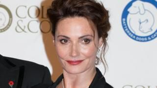Actress Sarah Parish breaks leg in sledge fall Entertainment