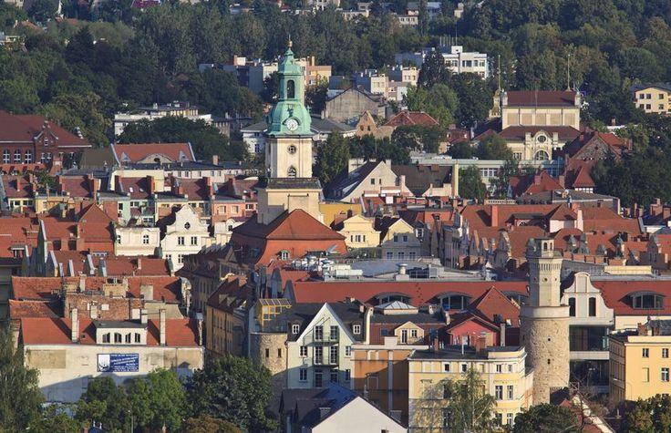 Jelenia Góra to historyczne miasto na Dolnym Śląsku o dziewięćsetletniej tradycji. Jego magiczny klimat tworzą liczne zabytki, niesamowite krajobrazy i bard