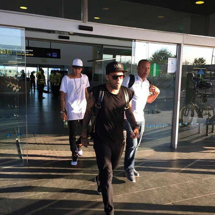 Neymar with his dad and Dani arriving in Barcelona (07.09.16)
