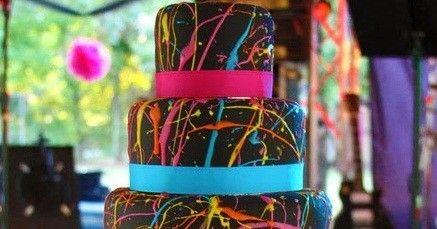 Dos alternativas de tortas para adolescentes  realizadas en varios pisos,ladecoración,los contraste de los colores realza la torta ide...