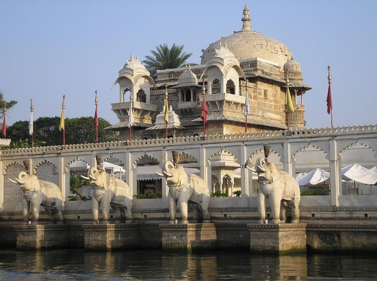 Jag Mandir is an island palace situated on the Pichola lake. It was bulit in 17th century India, Rajasthan