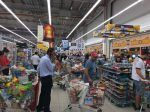 Panik warga Qatar bergegas memborong berbagai makanan  DOHA (Arrahmah.com)  Warga Qatar bergegas ke supermarket di Qatar pagi ini untuk memborong berbagi makanan setelah mendengar berita bahwa Arab Saudi menutup perbatasan darat satu-satunya di negara tersebut.  Para warga terlihat memenuhi keranjang belanja mereka dengan susu air beras dan telur di beberapa toko bahan makanan.  Saya belum pernah melihat yang seperti ini (orang-orang memenuhi troli dengan makanan dan air) ujar seorang warga…