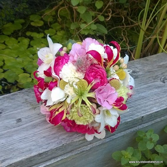 bruidsboeket biedermeier fuchsia roze groen wit gloriosa erucharis rozen hortensia