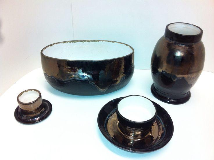 Potten en kaarsenstandaard in goud/brons en zwart glazuur.
