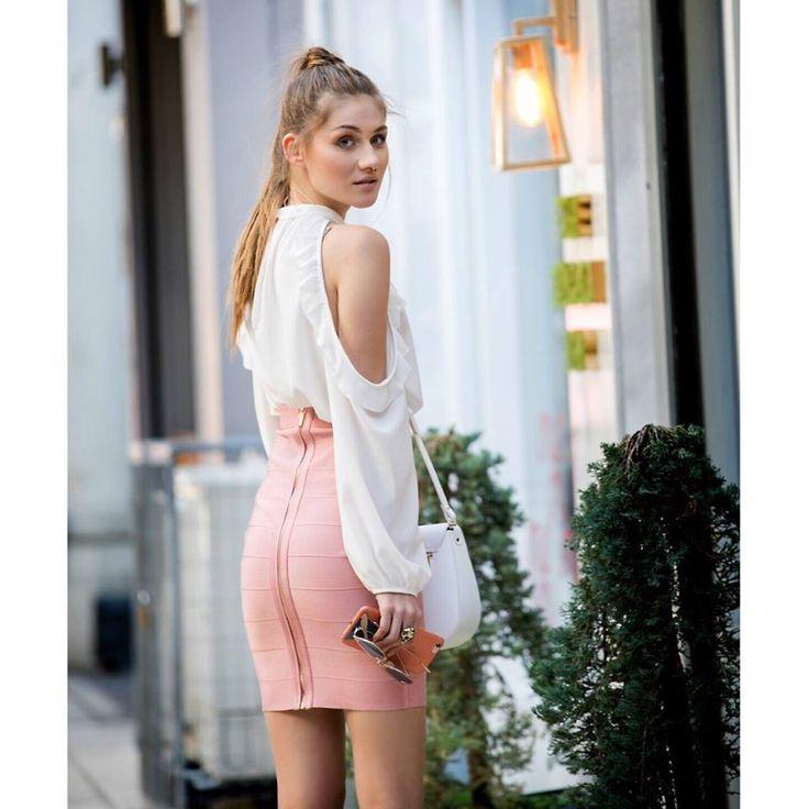 Elastic highwaisted midi skirt with gold zip fastening along the back side. 90% Polyester. 10% Elastane. https://www.modaboom.com/minti-fousta-pencil-me-fermouar.html