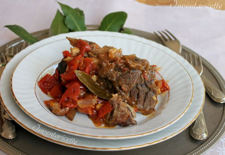 Il cinghiale al vino rosso e pomodoro è un secondo piatto che profuma di montagna. Grazie alla lunga marinatura nel vino, il cinghiale al vino rosso perde