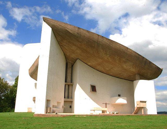 Kaplica Notre Dame du Hautw Ronchamp (Francja) - jeden z najbardziej rozpoznawalnych projektów słynnego projektanta Le Corusier. Więcej projektów pioniera stylu modernistycznego na rozowacegla.blogspot.com #inspiracje #architektem