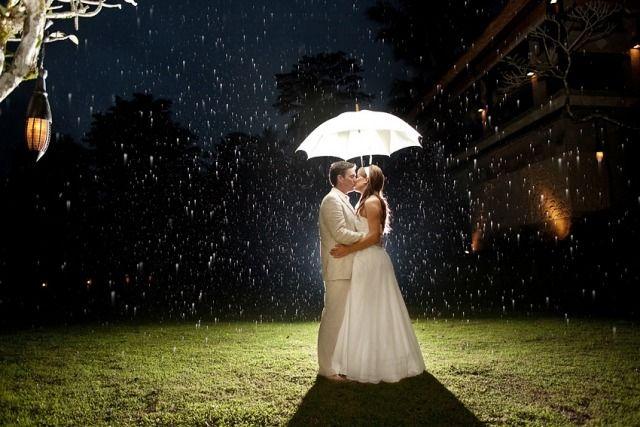 hochzeitsfoto hochzeitskuss brautpaar bei regen