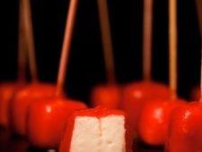 Моцарелла в томатной оберткеНеобычная закуска, которая может быть великолепным дополнением на любом фуршете из двух исторически сочетаемых продуктов: сыра моцарелла и томатного соуса.