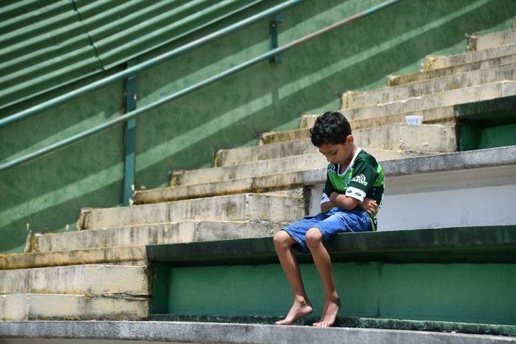 A young Chapecoense fan mourning