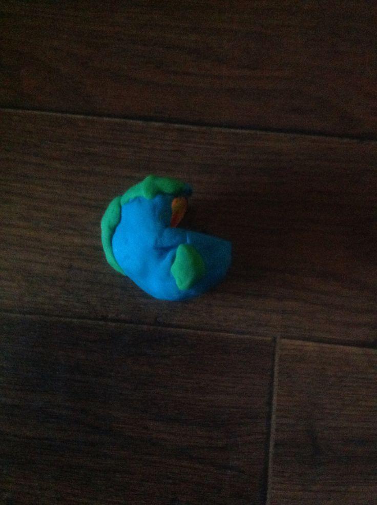 Adım1:Kırmızı bir oyun hamurunu küçük bir top yapınAdım2:Onun üstünü sarı hamurla kaplayın Adım3:onun da üstünü turuncu hamurla kaplayın Adım4:Onun da üstünü mavi hamurla kaplayın Adım5: onun etrafına küçük yeşillikler ekleyin Adım6:onun çeyreğini bıçakla kesin ve Dünya'nız hazır!