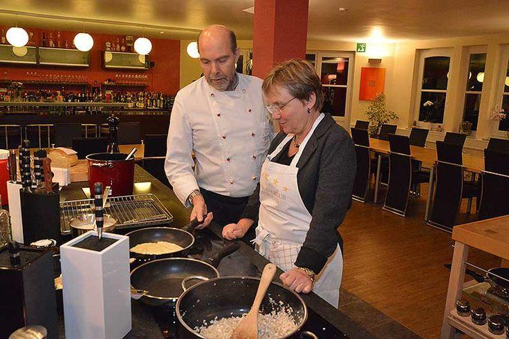 """Kochkurs """"Heimisches Wild"""" im Sterne Kochclub Deutschland, Offenbach: Hannelore bereitet die Crespelle zu: ohne Öl und Butter."""