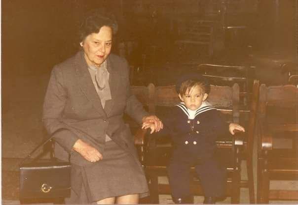 O Νικόλας με τη γιαγιά τη Ρίνα στα βαφτίσια του στον Άγιο Διονύση