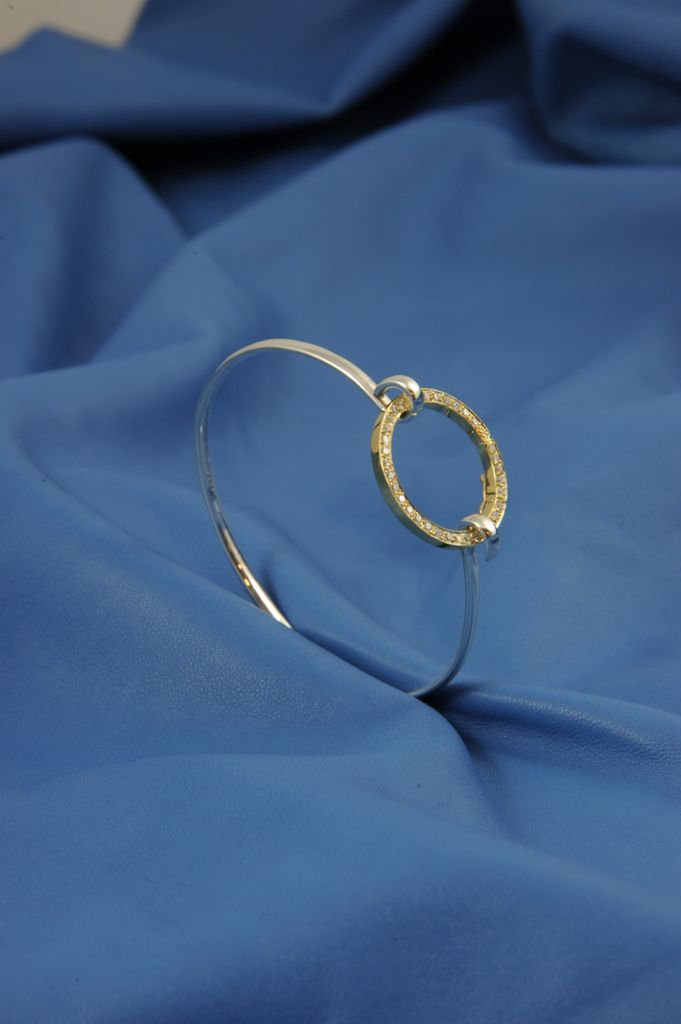 """Bracciale rigido in argento con parte superiore in oro giallo e brillanti. Il """"cerchio"""" si stacca e può essere utilizzato come centro collana!"""