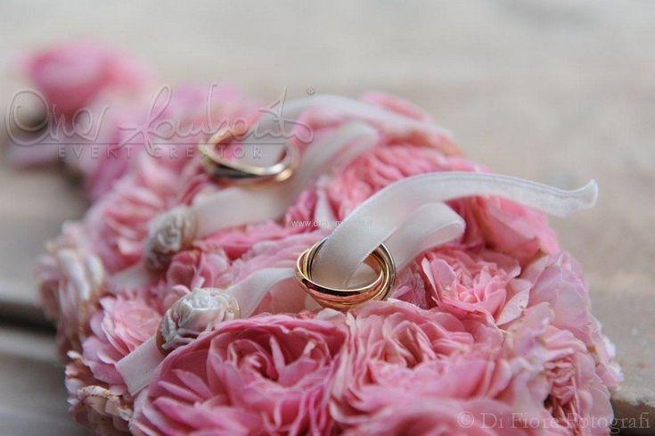 Delicato e romantico portafedi di peonie rosa con prezioso e raffinato dettaglio