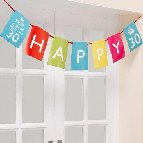 Van deze papieren vlaggenlijn van de collectie Keep Calm ga je 20 jaar plezier hebben! De vlaggenlijn bestaat uit een combinatie van verschillende kleuren en de tekst Happy Birthday. Bovendien kan je de cijfers 30, 40 of 50 zelf aanpassen.