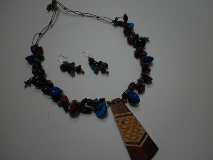 Gargantilla en tonos turquesa y café,tejido con semillas de café,azayán,nacar,taguas,bolas de madera,dije en  madera de granadillo con laminado de calceta de platano tejida,piedras semipreciosas,cristales  de murano