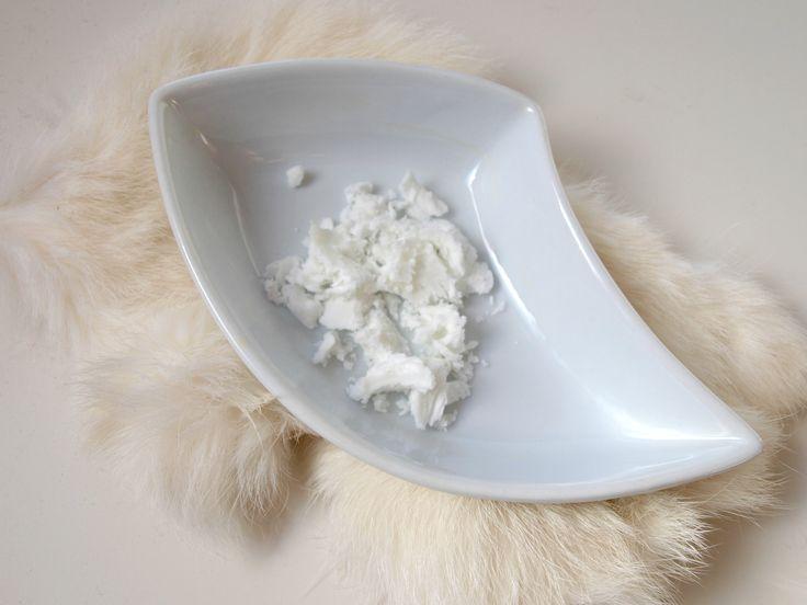 Shea butter is een soort boter die bekend staat om zijn goede eigenschappen voor de huid en voor het lichaam, en word gewonnen uit noten.
