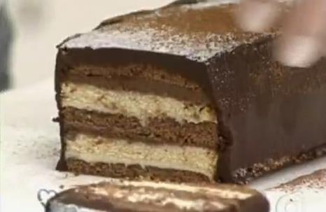 Feita com bolo pronto, essa receita simples fica irresistível! Confira o modo de preparo ;) http://receit.as/wZi3t6