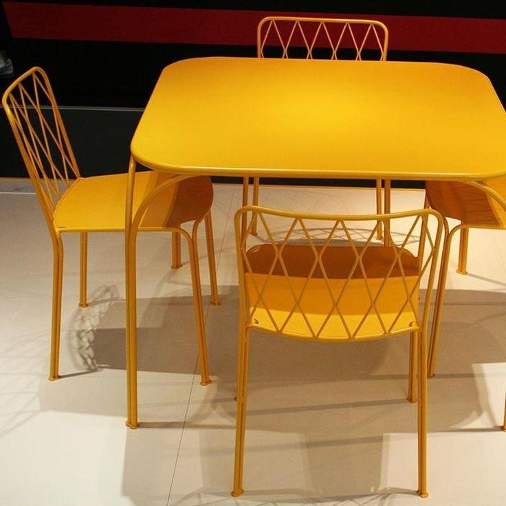 Afbeeldingsresultaat voor fermob gele tafel en stoelen