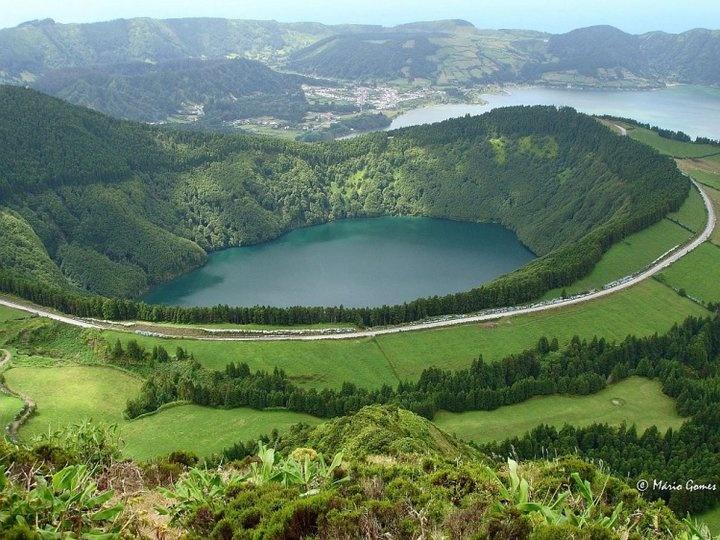 Lagoa das Sete Cidades e Lago de São Tiago.