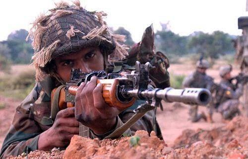 Seorang prajurit Angkatan Darat India menggunakan senapannya saat latihan bersama dengan militer Amerika Serikat (Foto: Crista Yazzie, U.S. Army)