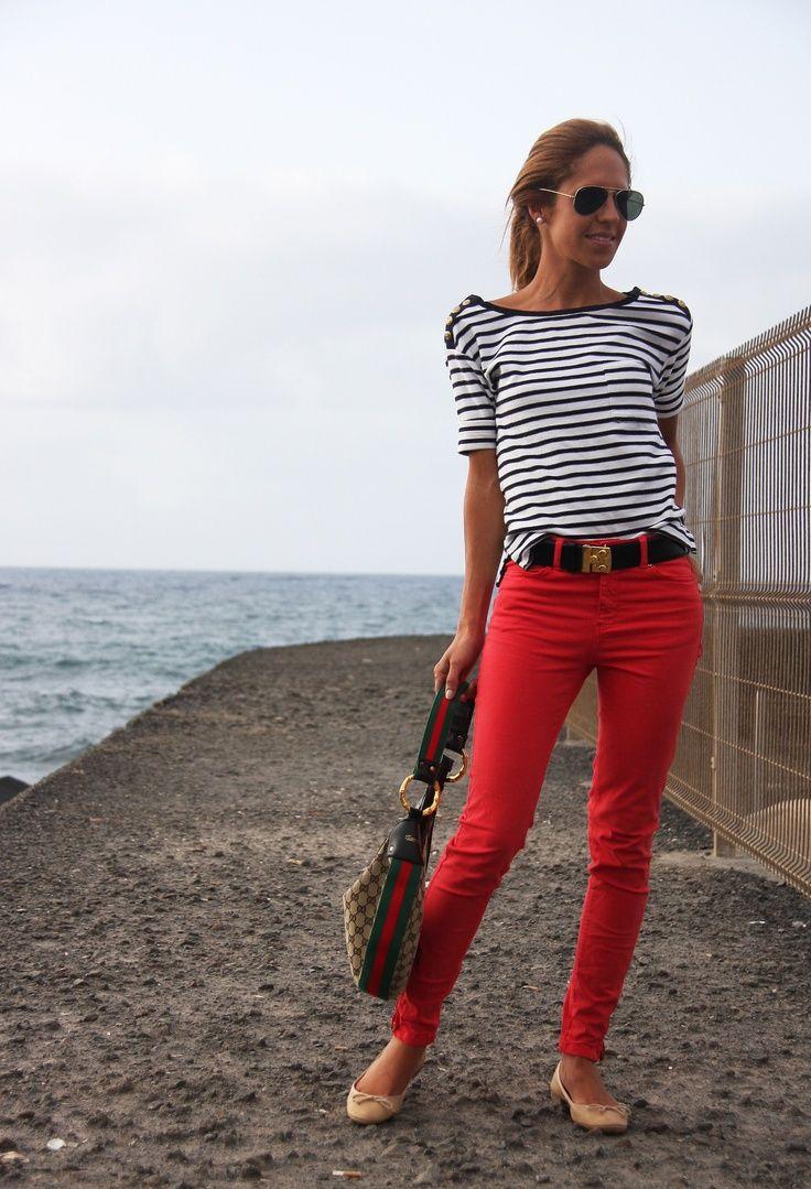 Calça vermelha e blusa listrada