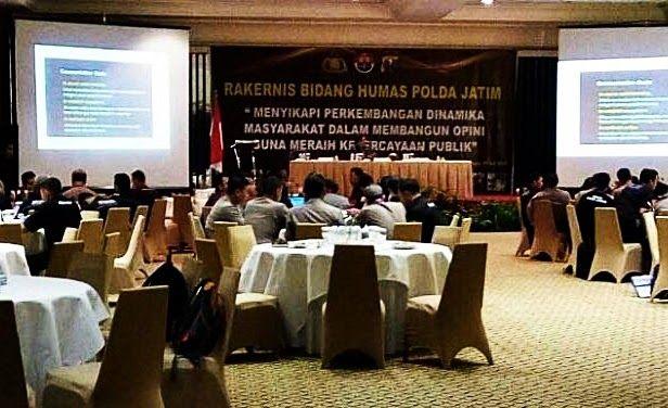 """SURABAYA- Kasubbag humas Polres Pasuruan Kota bersama operator mengikuti rapat kerja tehnis (Rakernis) Bidang Humas ang dselenggarakan di Hotel Bumi Surabaya Selasa tanggal 25 Juli 2017. Dari jam 08m00 sampai selesai. Rakernis di buka oleh Kapolda Jatim dan dihadiri oleh Seluruh Pejabat Polda Jatim. Tema dari Rakernis adalah """"MENYIKAPI DINAMIKA PERKEMBANGAN MASYARAKAT DALAM MEMBANGUN OPINI GUNA MERAIH KEPERCAYAAN MASYARAKAT."""" Kapolda Jatim Irjenpol Drs Machfud Arifin SH didampingi Irwasda…"""