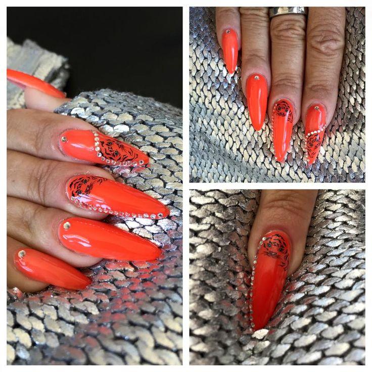 Helle Ladehoff har her lavet flotte mandel formede gele negle i en stærk orange Uv gele.