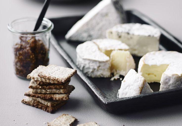 Oste med figenkompot og hjemmebagte rugkiks | Bobedre.dk