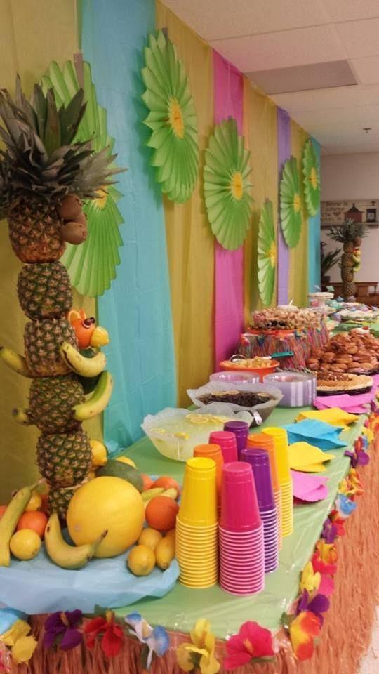 Si estás organizando unafiesta hawaiana o Luau, no debes dejar de contar con los elementos decorativos fundamentales. Aquí te contamos algunas ideas para adquirirlos o hacerlos tú mismo, para que tu fiesta temática sea en verdad memorable. De preferencia, y según el clima lo permita, las fiestas hawaianas deben planificarse en exteriores. Allí podremos lucir