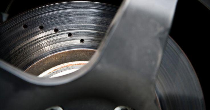 Como diagnosticar uma pedal de freio esponjoso. Você está dirigindo e observa que seu pedal de freio parece mole. É quase a mesma sensação de estar pisando em uma esponja. Obviamente, alguma coisa está errada, e você precisa descobrir a causa. Freios esponjosos são causados por causa de ar nas linhas de freio, mas podem existir diversas causas para este problema.