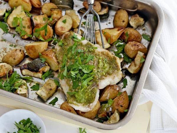 Dit recept is voor: 4 personen Aantal kcal: ca. 419 p.p. 20 min. + 40 min. oventijd  Zo maak je het! Verwarm de oven voor tot 200 ºC. Schep de aardappelen en de courgettes om met de olijfolie.   Bestrooi met het zeezout en rooster in de voorverwarmde oven in 40 min. goudbruin en gaar.   Besmeer de visfilet met de pesto. Leg de vis de laatste 10 min. op de aardappelen en rooster gaar.   Bestrooi de visschotel uit de oven met de peterselie.