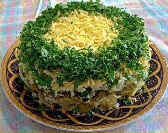 """Салат """"Грибы под шубой""""  Ингредиенты:  - 500 гр грибов - 1-2 головки репчатого лука - 3-4 вареные картофелины - зеленый лук - 3-4 яйца - несколько соленых огурцов - 200 гр твердого сыра - майонез"""