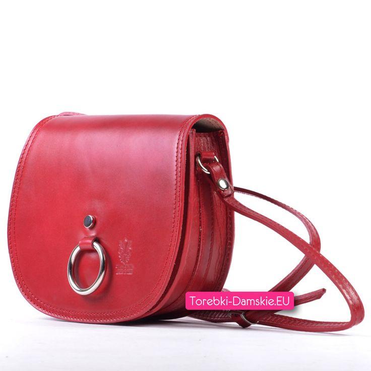 Włoska czerwona torebka typu crossbody (tzw listonoszka do przewieszenia) z klapką, na której umieszczono ozdobną metalową klamrę Sprawdź specjalną cenę promocyjną z okazji 10-lecia sklepu Torebki-Damskie.eu Kliknij