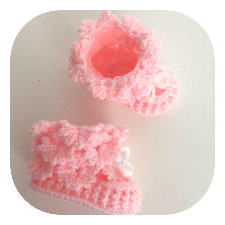 Blij om mijn nieuwste toevoeging aan mijn #etsy shop te kunnen delen: Kledingcadeau baby, babyschoentjes,cadeau feestdagen, babyslofjes, kraamcadeau,pasgeboren booties,pantoffeltjes gehaakt roze met wit koordje
