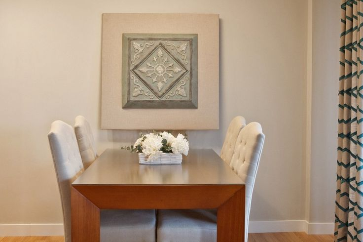 La mesa preside el comedor y el cuadro resalta sobre el fondo