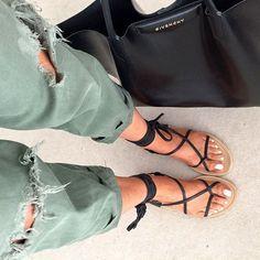 Chino kaki destroy + fines sandales plates à lacets noirs = le bon mix (chino Isabel Marant)