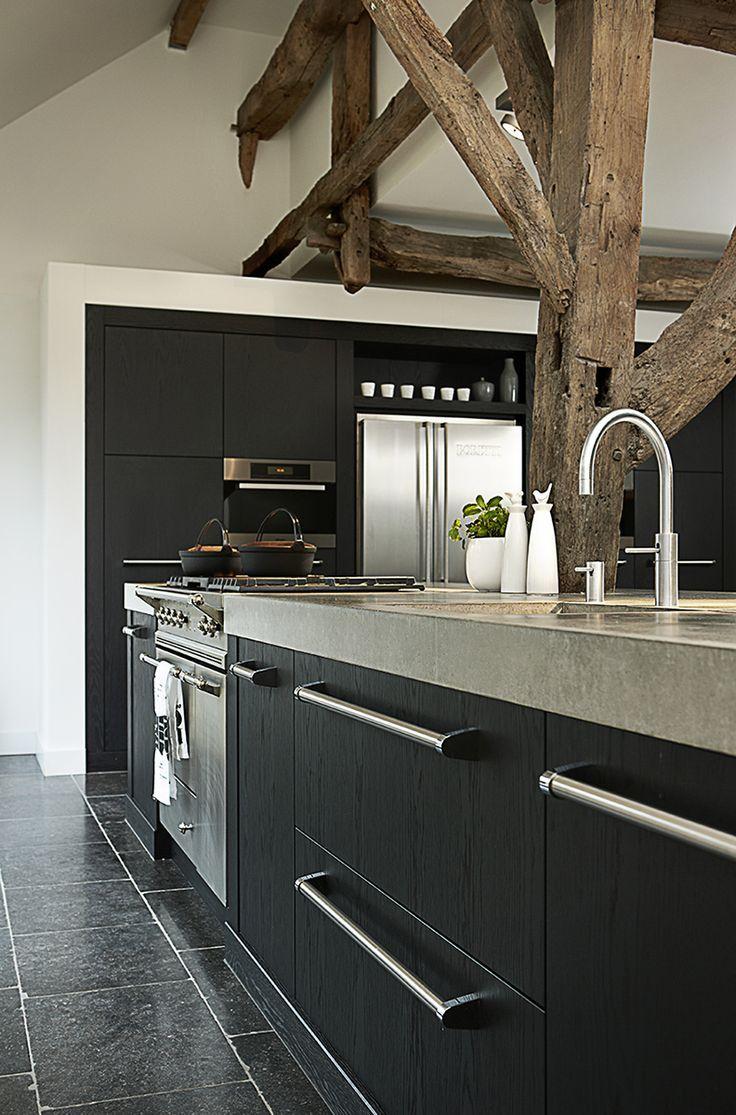 Stoere keukens hebben een robuuste straling. Door een combinatie van natuurlijke materialen, een groot kader in het keukenfront of een dik keukenblad.