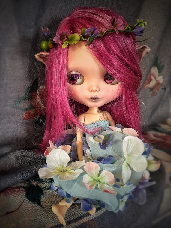Liu a little woodland creature ❤️ (Original Neo Blythe Prima Dolly Violet) She awaits a lovely family that will take care of her. Heres what shes had done to her. A Carved open mouth and nose, sculptured ears with apoxie sculpt. Toggles eyes and gaze correction, sleepy eyes with new custom pull charms. New long violet eye lashes. 4 new pairs of originals eyechips. Soft makeup with pastels (Rembrandt) and watercolor pencils, sealed with Mr. super clear flat UV cut. She will travel in a box…