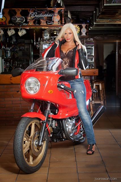 Mujer Motera con su Ducati en el bar Paddock by Joan Lesan, via Flickr