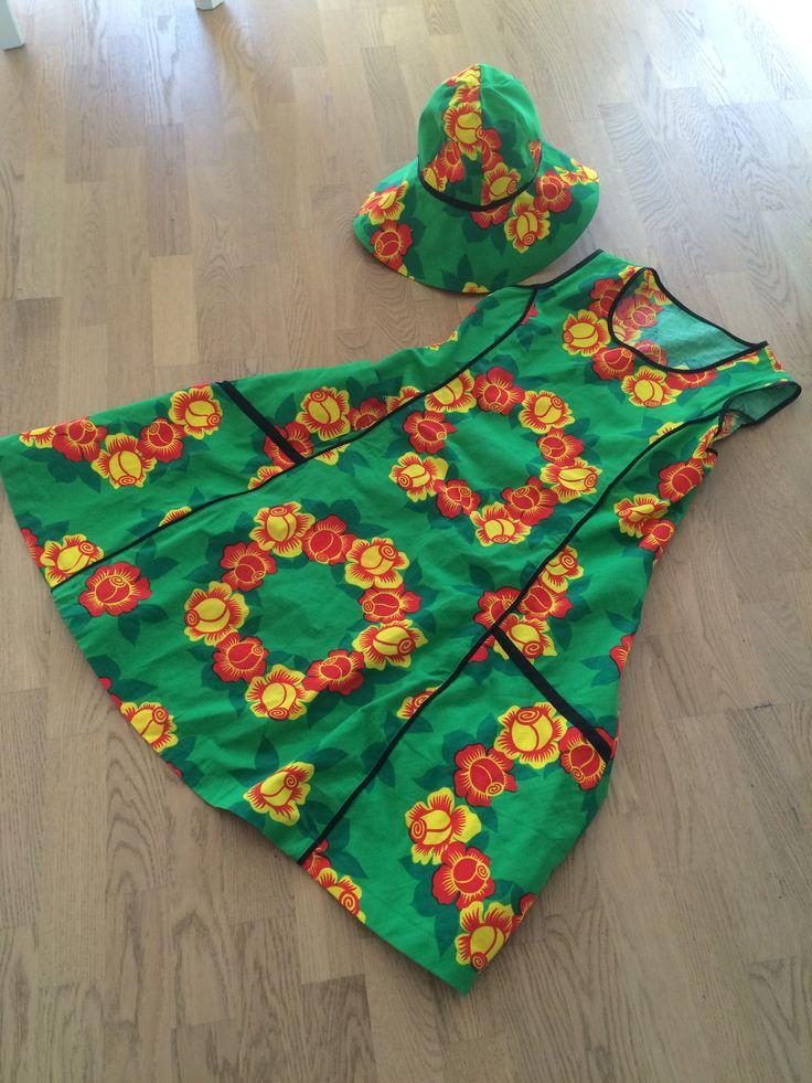 huhtikuun mekko on anopin pöytäliinasta tehty. virpi taikoi ihanan mekon ja kesähatun . kukkahattumekko . Kivamekko .